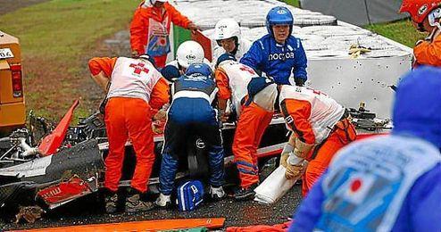Los servicios médicos intentan sacar a Bianchi del Marussia accidentado.