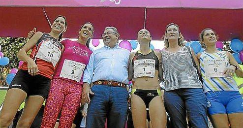 Zoido y María del Mar Sánchez Estrella junto al podio con las campeonas.