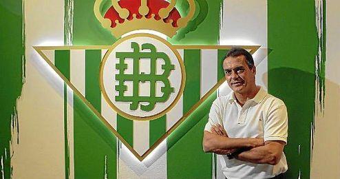 Alexis junto al escudo verdiblanco.