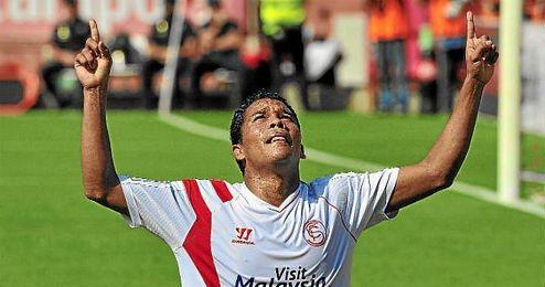 Bacca, que falló su primer penalti con el club de Nervión, celebra un gol histórico.