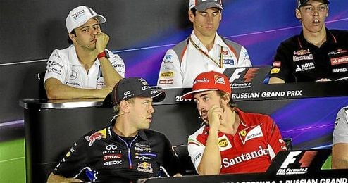 Alonso conversa con Vettel en la rueda de prensa en Rusia.