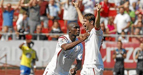 M´Bia celebra un tanto de la presente temporada con el Sevilla.
