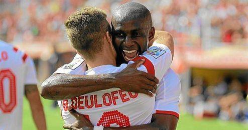 M´Bia se abraza a Deulofeu tras marcar ante el Deportivo.