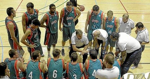 Watts, en el centro con el ´32´, podrá jugar ante el Valencia Basket.