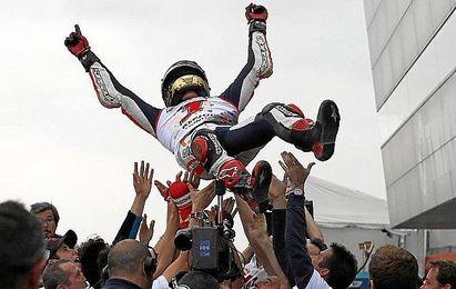 Marc Márquez, manteado tras la carrera.
