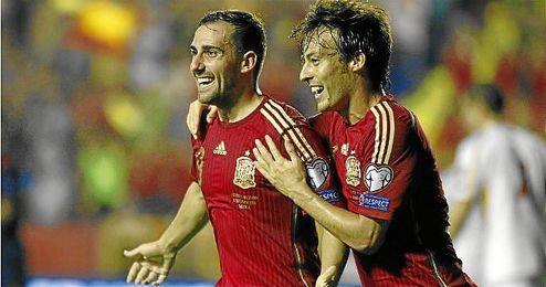 Alcácer celebra con Silva su gol ante Macedonia.