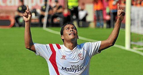 Bacca celebra un gol con el Sevilla en la presente temporada.