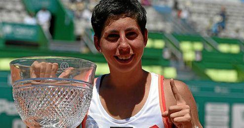 Suárez posa con su primer título de la WTA.