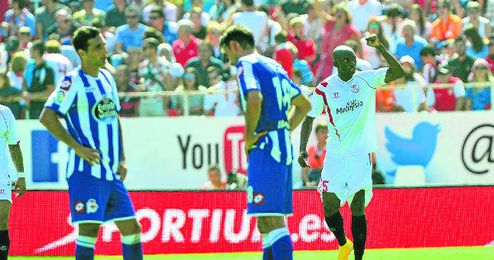M´Bia celebra uno sus de dos goles logrados ante el Deportivo.