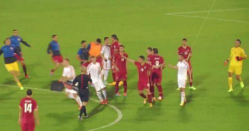 Momento en el que Mitrovic (Serbia) coge la bandera albana