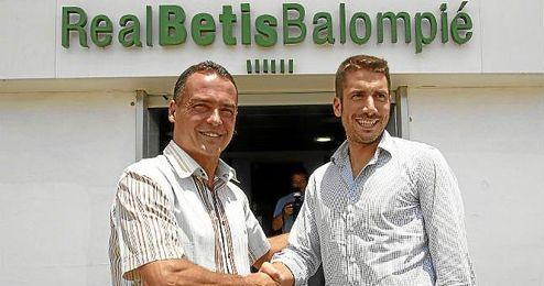 Alexis Trujillo junto a Julio Velázquez a su llegada el pasado verano al Villamarín.
