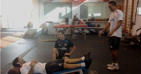 Bacca y Banega se recuperan en el gimnasio después de la vuelta.