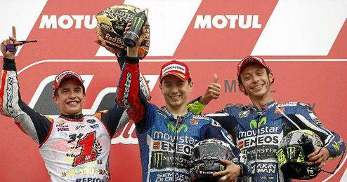 Valentino Rossi en el podio junto a Jorge Lorenzo y Marc Márquez.