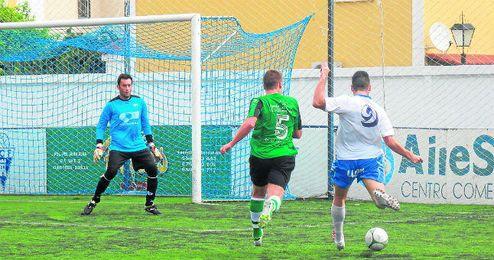 El cancerbero verdinegro Cardoso, presto a detener el disparo realizado por el delantero castillejano Oli.