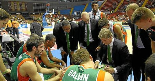 Los jugadores atienden a las explicaciones de Roth en el partido ante el Tenerife.