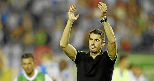 Velázquez saluda a la afición del Betis tras perder en Butarque.