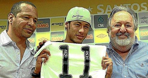 Los tres protagonistas de la noticia: Neymar Sr, Neymar Jr y Oliveira.