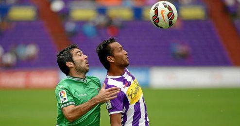 Jeffren lucha por un balón con un jugador del Racing.