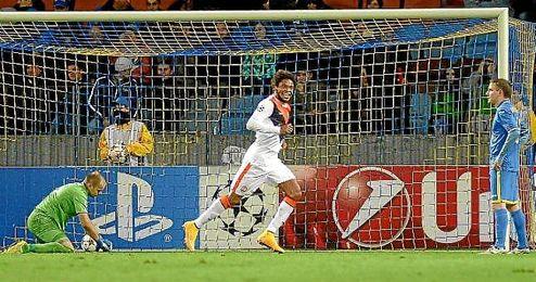 Luiz Adriano marcó cinco de los siete goles de su equipo.