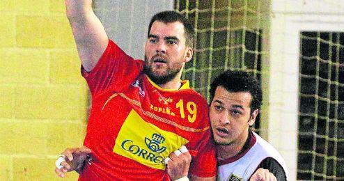 El sevillano Juan Andreu sustituye al lesionado Mindegia.