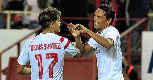 Bacca celebra con Denis Suárez uno de los goles del Sevilla en el Pizjuán.