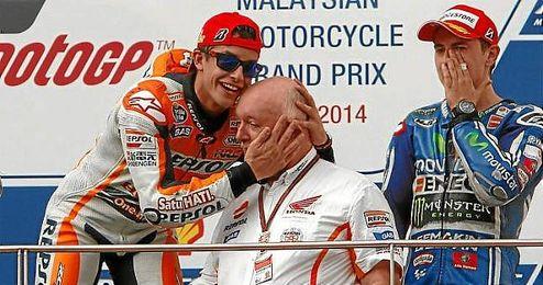 Márquez bromea con su ingeniero de equipo en el podio.