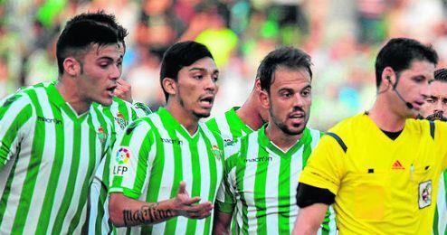 Bruno, junto a Lolo Reyes y Matilla, reclamándole al árbitro.