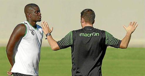 El senegalés Alfred N´Diaye, junto al técnico Julio Velázquez durante un entrenamiento.