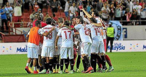 La plantilla del Sevilla celebra la victoria.
