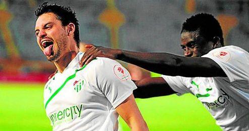 Alfred N´Diaye intenta agarrar a Sebastián Pinto para festejar juntos un gol del segundo con el Bursaspor.