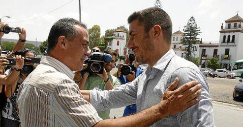 Alexis junto al entrenador del Betis, Julio Velázquez