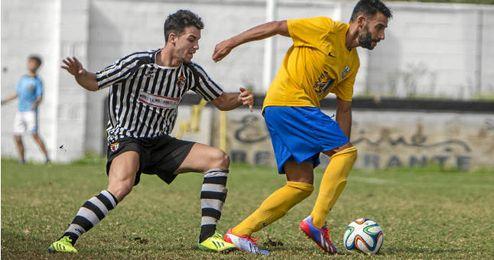 Lance de juego del partido entre Mairena y Rociera
