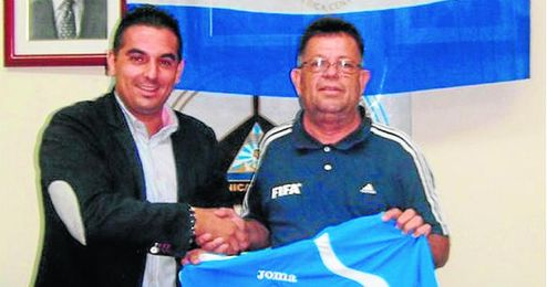 El extécnico de Montellano y Utrera posa el día de su presentación con Jacinto Reyes, presidente de la FENIFUT.