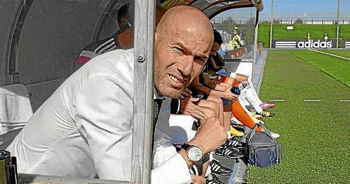 Zidane, en el banquillo del Castilla.