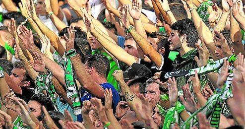 Aficionados béticos animan durante el partido contra el Mirandés.