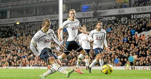 Roberto Soldado disparando a puerta para hacer el 2-1 para el Tottenham ante el Everton