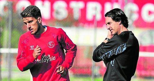 Emery, en la imagen junto al jugador que más ha utilizado, Carriço, está dando oportunidades a todos sus efectivos.