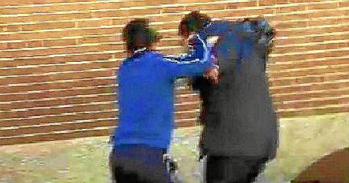 Captura del momento de la agresión al cámara de televisión.