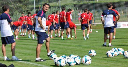 Ernesto Valverde y su equipo en pleno entrenamiento matinal