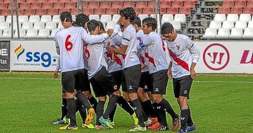 Los jugadores del Sevilla Atlético celebran un gol.