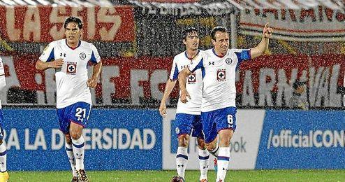 Torrado celebra un gol con Cruz Azul.