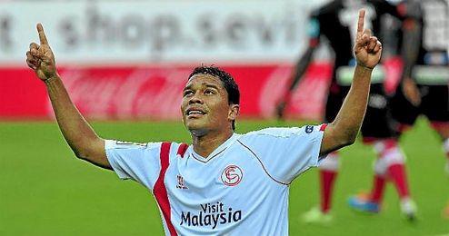 Carlos Bacca celebra un gol con el Sevilla FC.