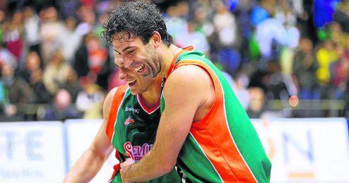 Berni Rodríguez abraza al estadounidense Ben Woodside