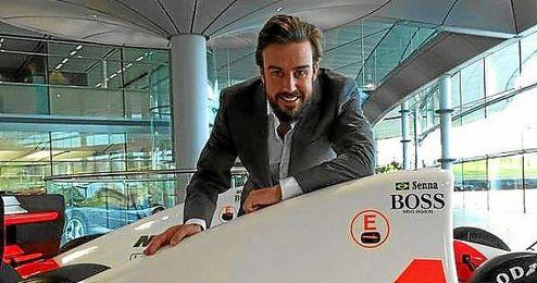 Fernando Alonso posa en la fábrica de Woking.