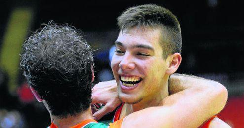 Willy Hernangómez, abrazado a su compañero Berni Rodríguez.