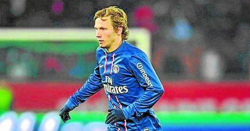 Clément Chantôme conduce el balón con la elástica del PSG.