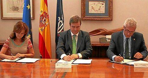 El Alcalde de Tarragona, Félix Ballesteros, la subsecretaria del Ministerio de Hacienda y Administraciones Públicas, Pilar Platero, y el presidente del CSD, Miguel Cardenal, firmaron el Convenio para los XVIII Juegos del MediterráneoTarragona 2017.