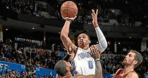 Westbrook entrando a canasta.
