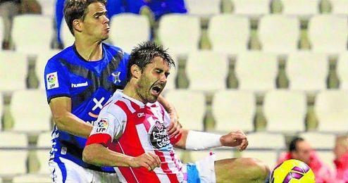 David Aganzo recibe la falta del tinerfeñista Hugo Álvarez durante un partido de esta campaña.