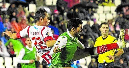 Jorge Molina, determinante en el Anxo Carro, pugna con Pavón.